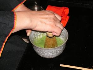 הקצפת תה ירוק בשעת הטקס